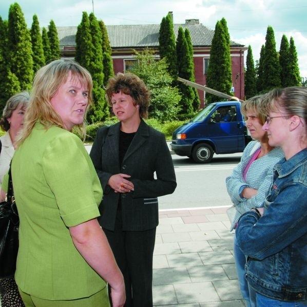 """Matki uczniów ze zlikwidowanej """"czwórki"""" przed spotkaniem z burmistrzem Łap w sprawie dofinansowania nowej szkoły"""