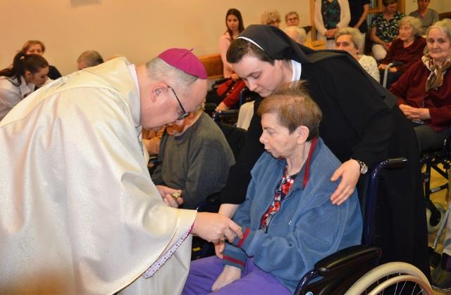 Biskup Andrzej Czaja udzielił obecnym w kaplicy sakramentu chorych.