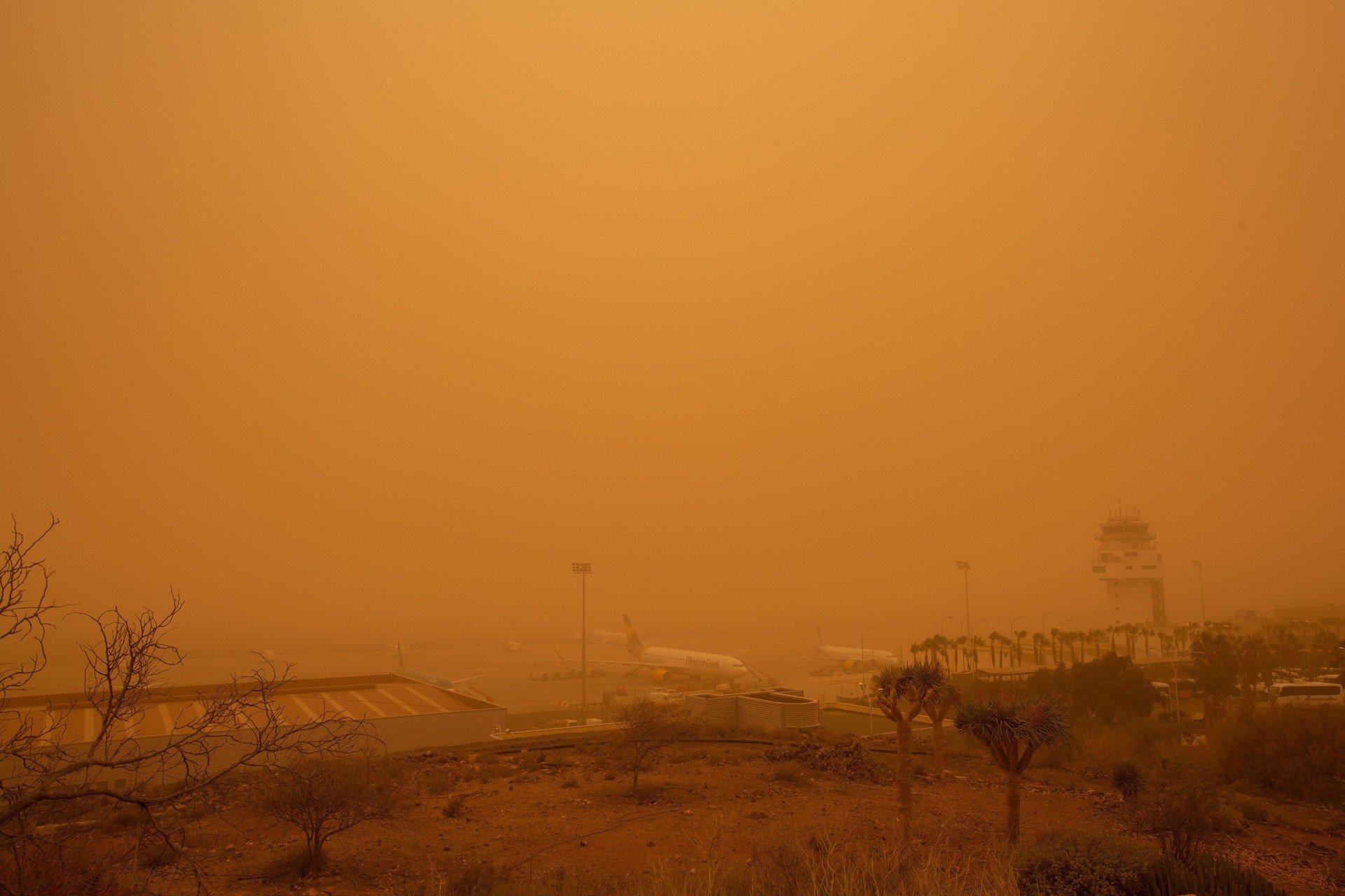 Burza piaskowa znad Sahary zaatakowała Wyspy Kanaryjskie [WIDEO] Setki lotów przesunięto lub odwołano. Turyści koczowali na lotniskach | Polska Times