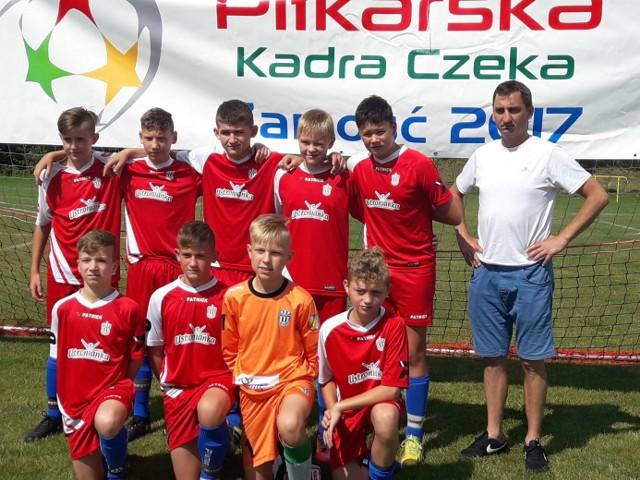 """Część drużyny Orlika Prudnik, która w imponującym stylu triumfowała w turnieju """"Mała piłkarska kadra czeka""""."""