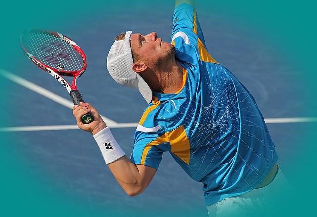 Na entezopatię, czyli tzw. łokieć tenisisty najbardziej narażone są osoby w wieku od 30 do 50 lat, m.in. pracownicy biurowi, robotnicy fizyczni oraz sportowcy, którzy często nadwyrężają nadgarstek.