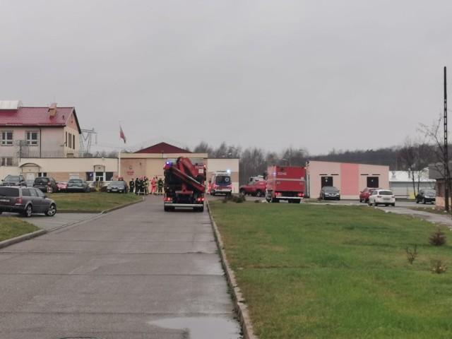 Straż pożarna została wezwana do Zakładu Karnego w Koszalinie. W powietrzu unosi się chemiczny zapach, nieznanego pochodzenia. Strażacy szukają źródła tego zapachu. Do sprawy wrócimy. Zobacz także: Napad w Koszalinie