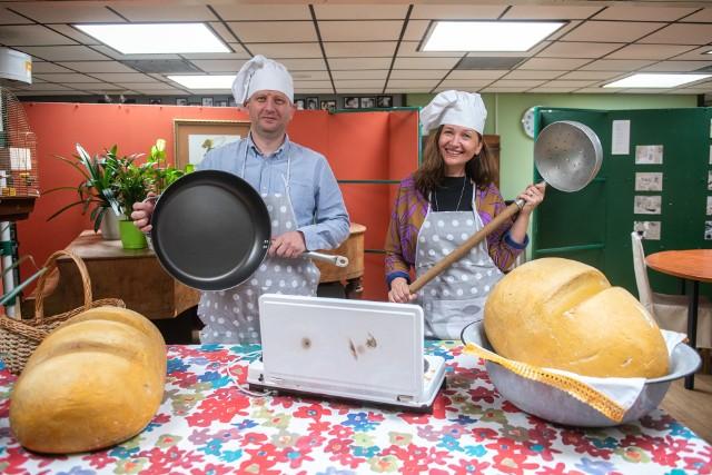 Dyrektor Szkoły Podstawowej nr 83 Karol Sarna i wicedyrektorka Anna Zawadzka przygotowali własnoręcznie jajecznicę dla swoich uczniów.