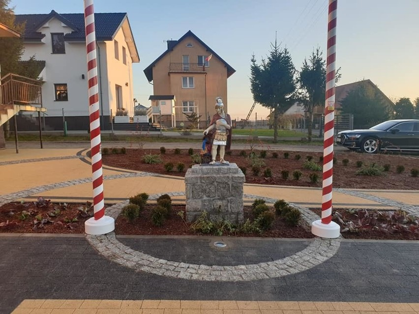 Zakończono modernizację placu przed remizą OSP w Lipnicy. Położono nową kostkę brukową, a poza tym ozdobiono plac kompozycją z krzewów, kwiatów i traw. W centralnym punkcie placu pojawiła się figurka św. Floriana, patrona strażaków oraz maszty flagowe.