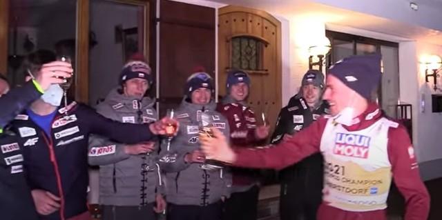 Piotr Żyła fetuje w Oberstdorfie z całą polską ekipą tytuł mistrza świata