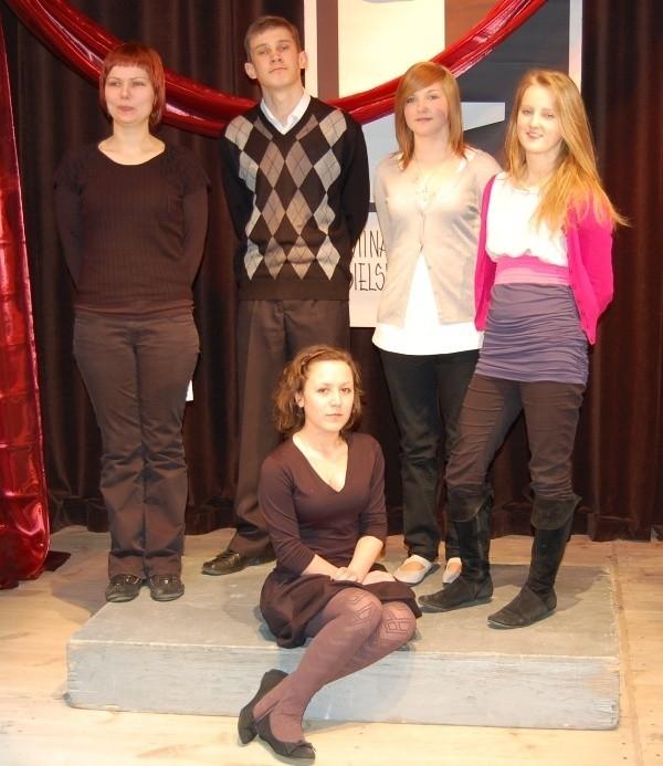 O lewej stoją: Agnieszka Kuczała, Kamil Rodak, Anna Tocka, Marlena Momot,siedzi Paulina Wnęk.