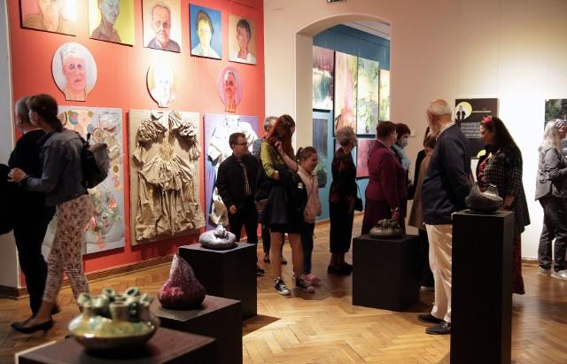 """Na wystawie """"Mentorzy"""", w grudziądzkim muzeum, prezentowane są prace byłych i obecnych nauczycieli grudziądzkiego Liceum Plastycznego."""