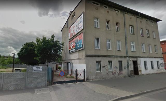 We wtorek w nocy palił się pustostan przy ul. Zygmunta Augusta 22 w Bydgoszczy - podali strażacy