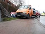 Wypadek pod Wrocławiem na drodze do Trzebnicy. Laweta uderzyła w ogrodzenie (ZDJĘCIA)