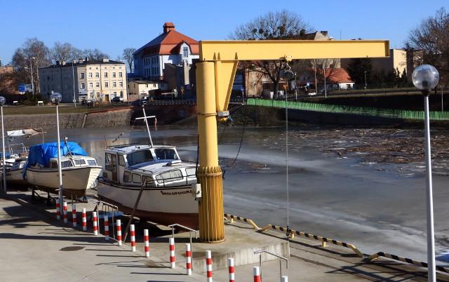 Dźwig do wodowania łodzi w marinie w Grudziądzu został zbudowany ponad 2 lata temu. Jest w pełni sprawy, ale nie został uruchomiony, bo miasto nie ma jeszcze wszystkich pozwoleń