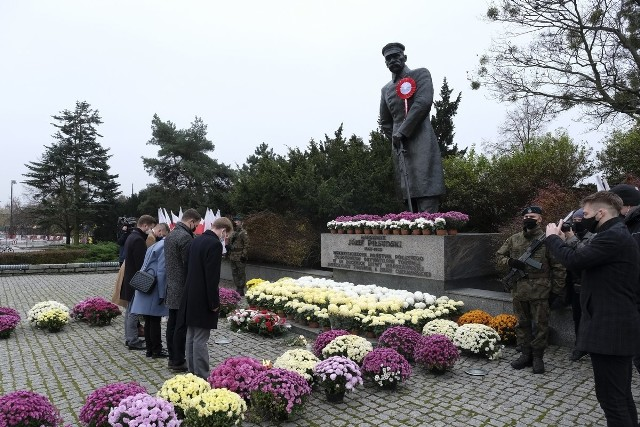 Dziś (11 listopada) obchodzimy 102. rocznicę odzyskania niepodległości. Ze względu na epidemię i związane z nią obostrzenia, w tym roku w Toruniu nie zorganizowano patriotycznych pikników i festynów