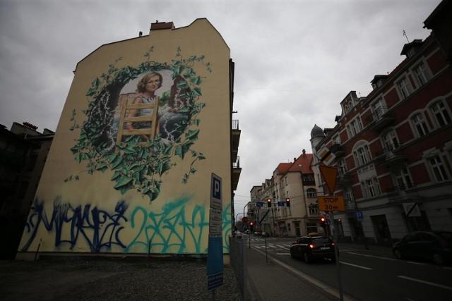 Zniszczony mural przedstawiający Krystynę Bochenek w centrum Katowic.Zobacz kolejne zdjęcia. Przesuwaj zdjęcia w prawo - naciśnij strzałkę lub przycisk NASTĘPNE