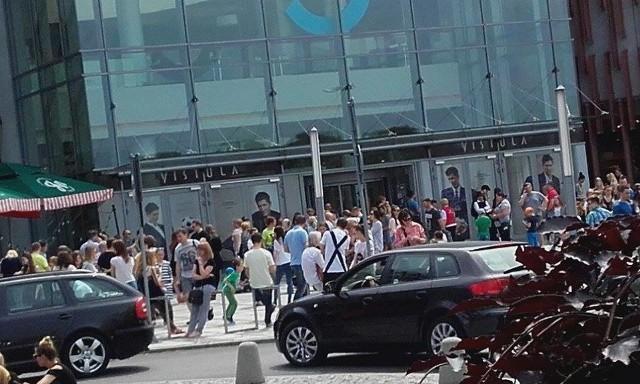 Alarm bombowy w Silesia City Center w Katowicach. To już kolejny alarm tego typu w ostatnich dniach. W piątek ewakuowanych zostało wielu klientów i pracownicy obsługi - na zdjęciach