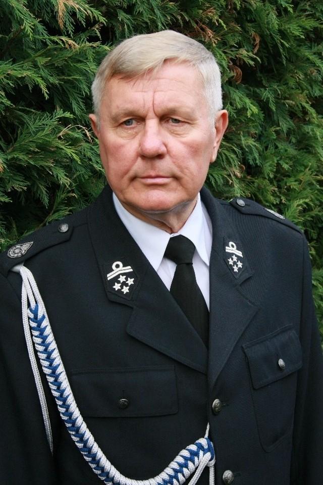 Tadeusz Dubicki ma 63 lata. Wykształcenie wyższe techniczne, międzyrzeczanin od 1960 r. Burmistrz Międzyrzecza od 2002 r. przez dwie kadencje, po zawieszeniu przez premiera od lipca 2009 r. w ratuszu zastępuje go komisarz Marian Sierpatowski. Jest prezesem zarządu miejsko-gminnego OSP, obecnie przebywa na emeryturze.
