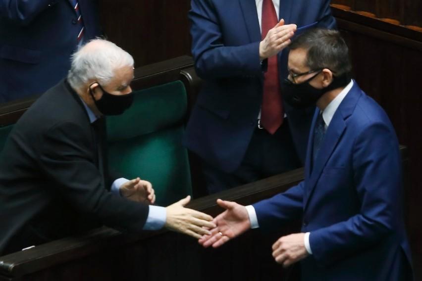 W zaprezentowanym spocie, oprócz prezesa Jarosława...