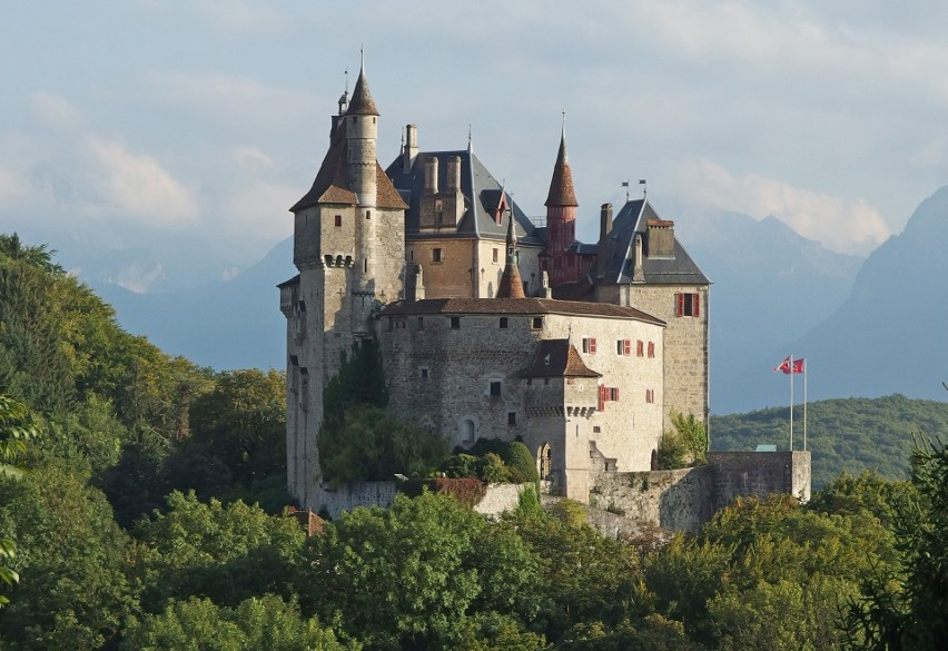 Zamek w Menthon-Saint-Bernard, Francja...
