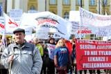"""Protest lekarzy w Warszawie. """"System ledwo zipie"""""""