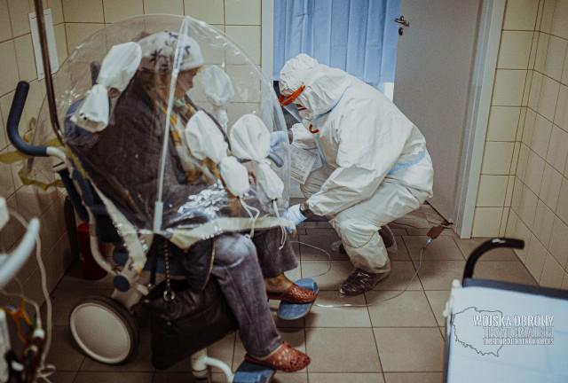 Żołnierze podczas prac pomocniczych w szpitalu w Hajnówce.