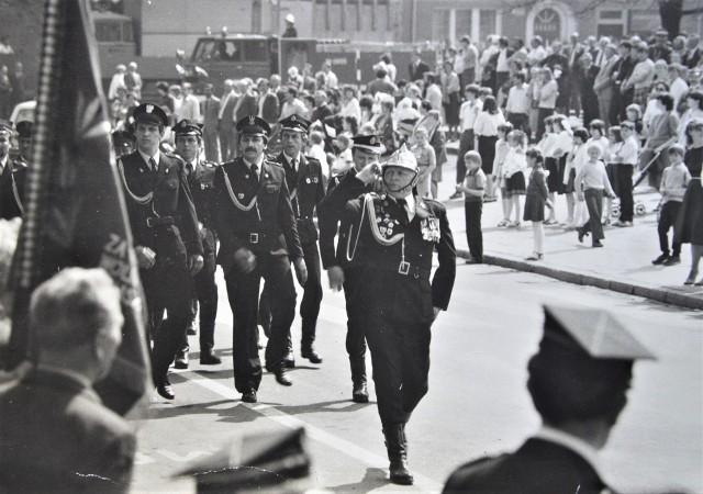 Przejście pochodu przed trybuna honorową. Lata 70. XX wieku