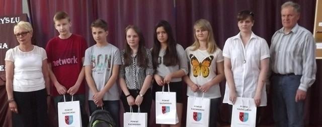Laureatom konkursu gratulowali - dyrektor Beata Malinowska  i  sekretarz powiatu Marek Krupa.