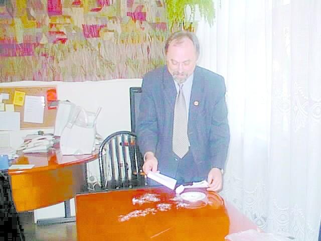 List z pogróżkami, utytłany w białej substancji otrzymał wczoraj burmistrz Janusz Sanocki. Z tej okazji jego rzecznik zaprosił dziennikarzy na happening. Adresat rozerwał kopertę, wysypał proszek na stół, zgniótł palcem i zmiótł do kosza. W tym momencie przyjechała specjalna ekipa w ochronnych kombinezonach.