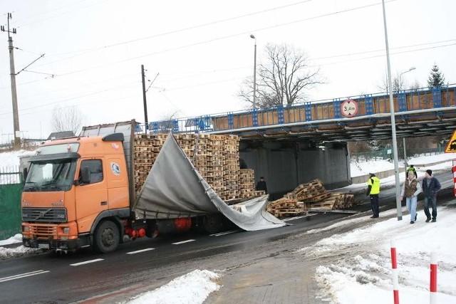 Tir nie zmieścił się pod wiaduktem w Słupsku.