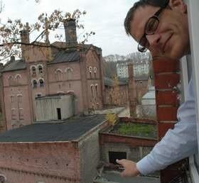 - Aż żal wyglądać przez okno i patrzeć, jak stara słodownia popada w ruinę - mówi Kordian Kolbiarz. (fot. Klaudia Bochenek)