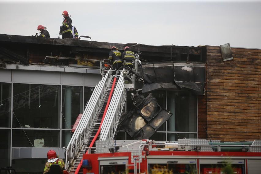 Pożar salonu Forda w Mysłowicach. Płonęło 800 m kw dachu. Co...