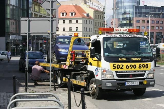 Wrocław, samochody źle zaparkowane przy ul. Kazimierza Wielkiego wyjeżdżają na lawetach