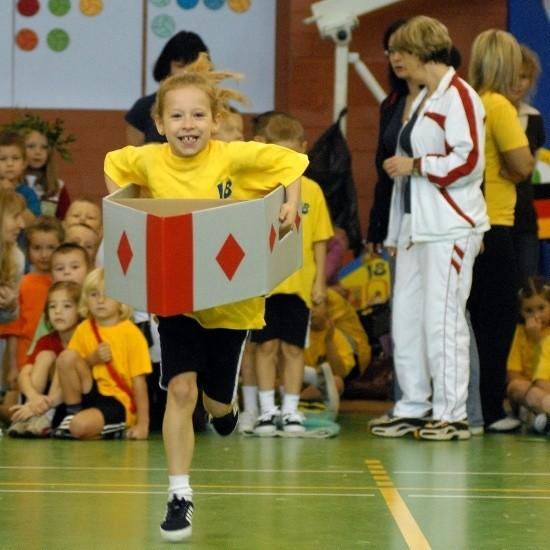 """Jedną z konkurencji było """"kajakarstwo"""". Jula Nehring z przedszkola nr 18 radziła sobie śpiewająco - Kajak był trochę ciężki, ale nie bałam się, że upadnę - mówiła."""