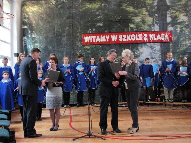 Grażyna Szymańska i Hieronim Bukowiecki przekazali raport Aleksandrze Nowakowskiej i Jackowi Pietraszko