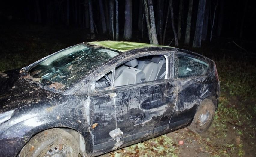 W Zielinie doszło do groźnie wyglądającego wypadku drogowego. Kierujący autem z nieznanych jeszcze przyczyn zjechał na pobocze drogi i dachował. Autem podróżowały dwie osoby. Na szczęście nikomu nic groźnego się nie stało.