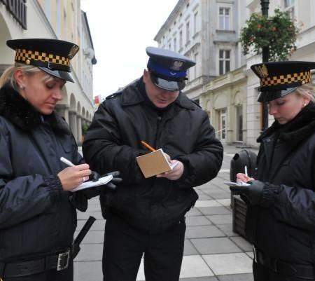 Nowoprzyjęty strażnik miejski w Zielonej Górze może liczyć na 2.100 zł, a w Gorzowie już na 2.760 (fot. Paweł Janczaruk)