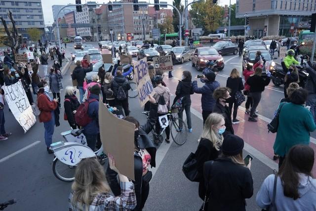 Strajk kobiet w Poznaniu: Coraz więcej osób wychodzi na ulice i próbuje utrudnić ruch. Tak wygląda sytuacja na rondzie Kaponiera. Przejdź dalej i zobacz kolejne zdjęcia --->