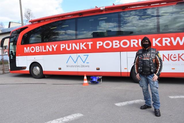 Mirosław Bejma czekał na kolegów z klubu motocyklowego  na parkingu Nakielskiego Ośrodka Kultury. Tu przyjechał krwiobus