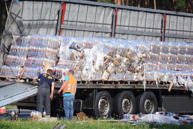 Jak informują strażacy w miejscowości Mniszek w powiecie świeckim na autostradzie A1 dwa samochody ciężarowe stoją na pasie awaryjnym. Z jednego z nich wysypały się na jezdnię napoje.Więcej informacji na kolejnych slajdach --->FLESZ: Autostrady, bramki, systemy płatności - jak ominąć korki?