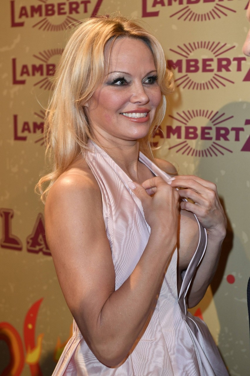 """Pamela Anderson wciąż piękna, tylko do mężczyzn ma pecha. Gwiazda """"Słonecznego Patrolu"""" oskarża Adila Ramiego o zdradę.  [GALERIA]"""