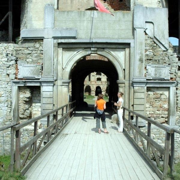 Władze gminy Iwaniska chcą odbudować budynek bramny zamku Krzyżtopór w Ujeździe.