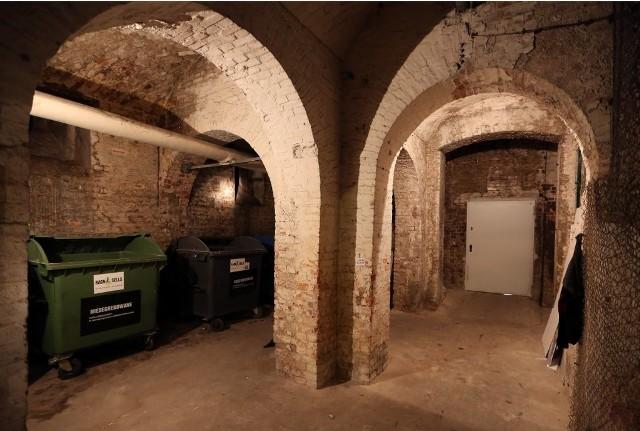 Do tego pomieszczenia przy pomocy tych małych okienek (po lewej stronie nad śmietnikiem) wsypywano węgiel, który później zawożono do kotłowni taczkami