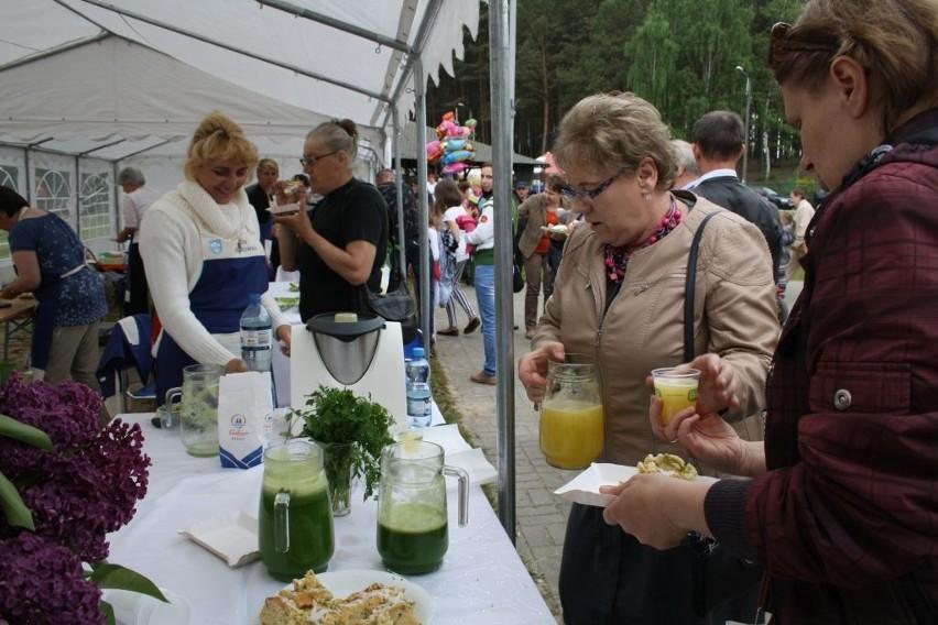KGW z Dąbrówki kusiło napojami z pietruszki z miętą, pomarańczowym z melisą czy z czerwonej porzeczki oraz plackiem maślankowym z rabarbarem