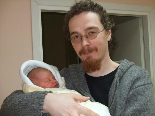 Jagoda Pola Rymarczyk z tatąJagoda Pola Rymarczyk urodzila sie w sobote, 28 listopada. Wazyla 3700 g i mierzyla 58 cm. To pierwsze dziecko Agnieszki i Mariusza z Ostrowi.