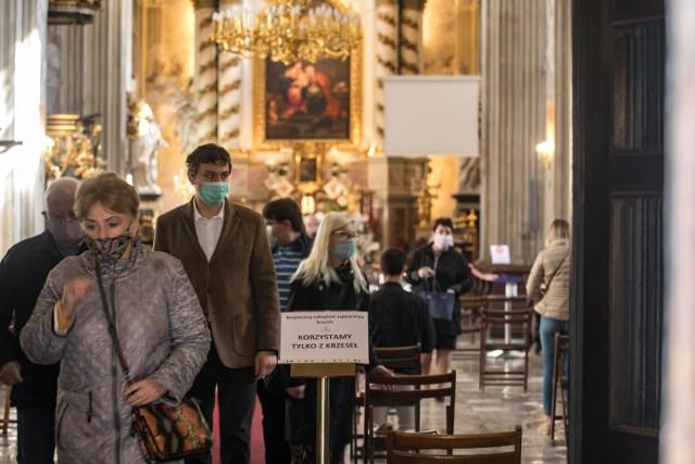Ilu wiernych może wejść do kościoła? Tylu ilu się zmieści. Ale w maseczkach