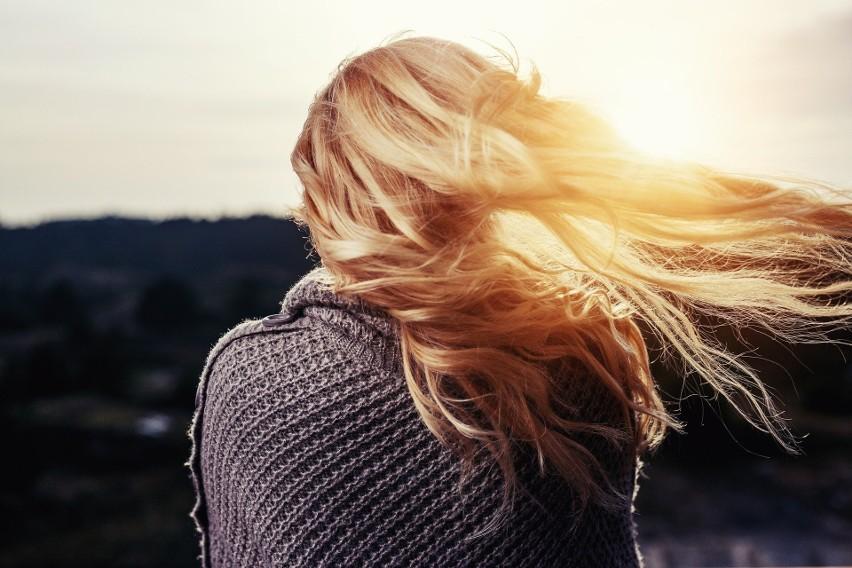 Zmiana koloru włosów pozwala na szybką i radykalną odmianę wyglądu. To nie tylko sposób na nadanie sobie nowego wizerunku, ale też na zatuszowanie pierwszych oznak starzenia się.