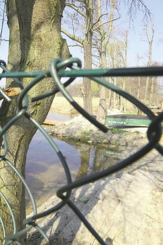 Dostępu do jeziora w Wilkowie bronią teraz siatki i płoty. Postawione nielegalnie.