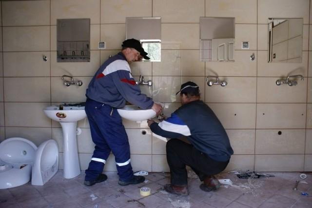 W toaletach zainstalowano m.in. nowe umywalki