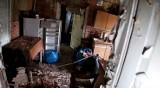 Straszna kamienica w Sosnowcu. Opuszczone mieszkania pełne niespodzianek. Zostały meble, obrazy, poduszki