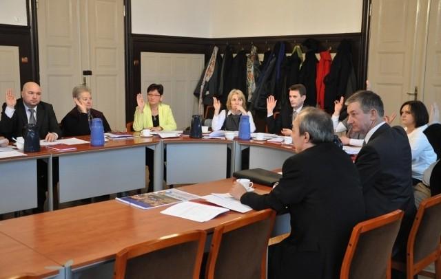 Budżet Olesna na rok 2014:Wydatki - 53.754.504 złDochody - 51.878.504 złDeficyt - 1.876.000 złInwestycje - 10.247.241 złZadłużenie gminy - 16,6 mln zł (32 procent)Rada miejska w Oleśnie jednogłośnie przyjęła budżet na rok 2014, zaproponowany przez burmistrza Sylwestra Lewickiego. Regionalna Izba Obrachunkowa w Opolu zaopiniowała projekt budżetu z uwagami. RIO zwrócił uwagę na konieczność zweryfikowania wolnych środków w przychodach gminy, zaplanowanych na 1,4 mln zł. Ze względu na niepełną realizację planu przychodów w 2013 roku w projekcie budżetu zmniejszono kwotę wolnych środków z 1,4 mln na 300 tys. zł, a kwotę pożyczek i kredytów zwiększono z 3,35 mln zł do 4,435 mln zł.