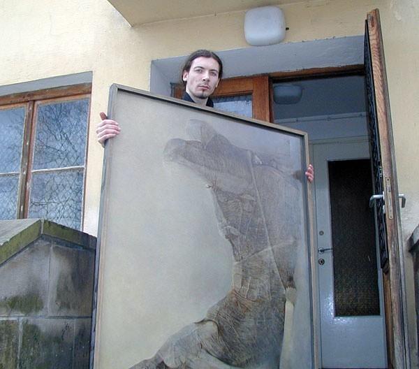 Obrazy Zdzisława Beksińskiego, z których wiele jest przechowywanych w magazynie, będą za dwa lata cieszyć oczy zwiedzających. Na zdjęciu: pracownik Muzeum Historycznego wnosi jeden z obrazów do magazynu.