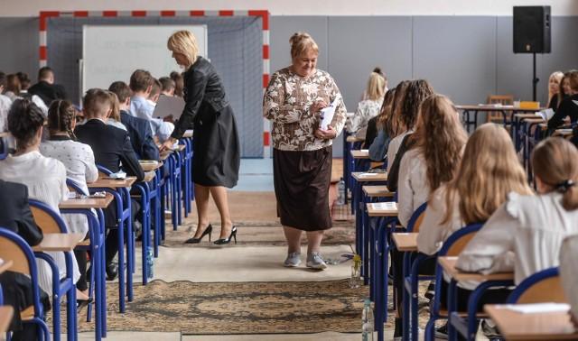 Dzisiaj uczniowie piszą egzamin gimnazjalny 2019 z języków obcych. W tym tekście znajdziecie arkusze i odpowiedzi z języka angielskiego.Arkusze CKE i odpowiedzi z języka angielskiego pojawią się na kolejnych slajdach --->