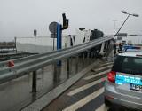 Białystok. TIR przewrócił się na ul. Kleeberga. Przewoził 21 ton gruszek (zdjęcia)